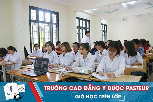 Sinh viên Trường Cao đẳng Y Dược Pasteur trong giờ học trên lớp