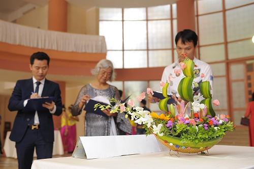 Sinh viên Trường Cao đẳng Y Dược Pasteur trổ tài cắm hoa mừng ngày nhà giáo Việt Nam 6