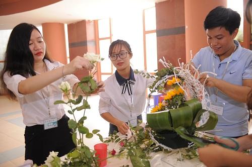 Hội thi cắm hoa của sinh viên nhà Trường