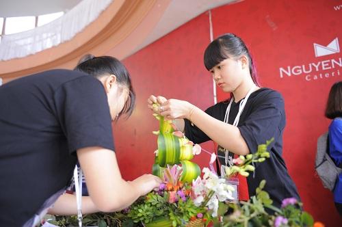 Sinh viên Trường Cao đẳng Y Dược Pasteur trổ tài cắm hoa mừng ngày nhà giáo Việt Nam 3
