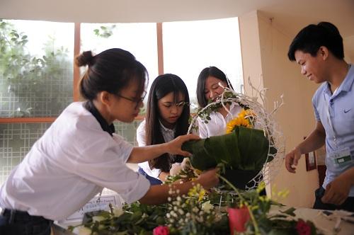 Sinh viên Trường Cao đẳng Y Dược Pasteur trổ tài cắm hoa mừng ngày nhà giáo Việt Nam 4
