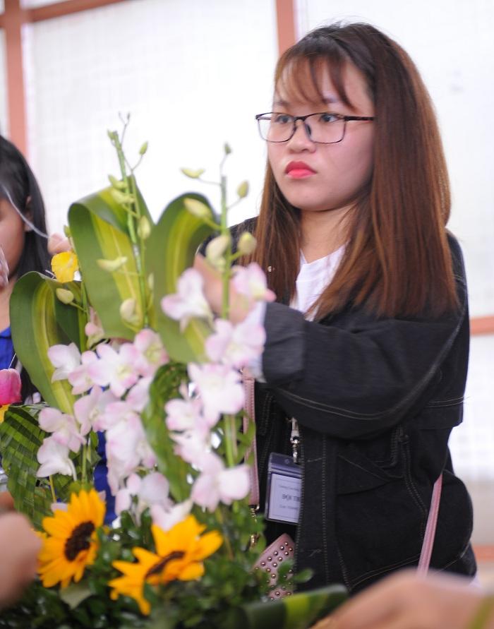 Sinh viên Trường Cao đẳng Y Dược Pasteur trổ tài cắm hoa mừng ngày nhà giáo Việt Nam
