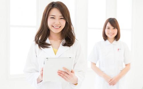 Áo blouse tráng là đồng phục quen thuộc của người làm ngành Y Dược