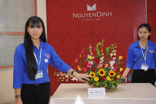 Sinh viên Trường Cao đẳng Y Dược Pasteur trổ tài cắm hoa mừng ngày nhà giáo Việt Nam 5