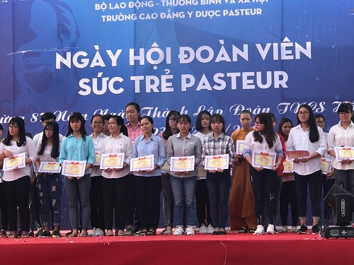 Trao học bổng cho các sinh viên có thành tích học tập xuất sắc học kỳ 1 năm học 2017 - 2018