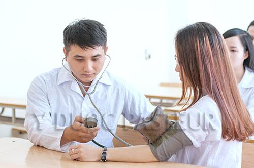 Điều dưỡng viên cần hết sức nhẹ nhàng trong quá trình tiếp xúc với người bệnh