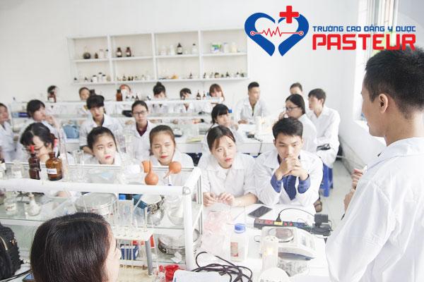 Giờ thực hành sinh viên Cao đẳng Dược Pasteur học những gì?