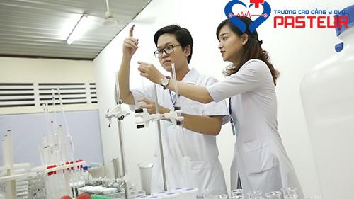 Sinh viên Y Dược Pasteur thực hành