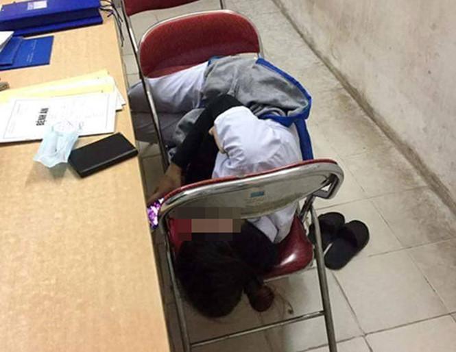 Những tư thế ngủ bá đạo của sinh viên ngành Y - 2