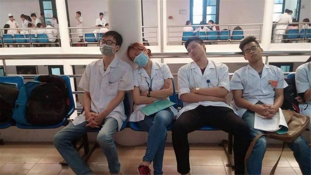 (cuộc sống sinh viên ngành Y) Mỗi lần đi trực, nếu được trống tí thời gian là các bạn có thể ngủ ở bất kỳ đâu và trong bất kỳ tư thế nào.