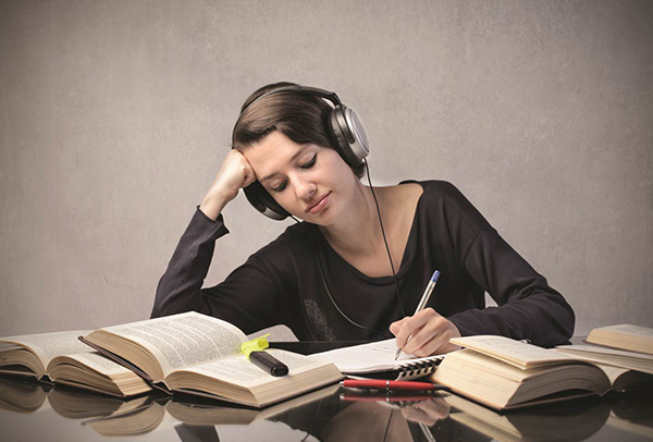 Nghe nhạc cũng giúp thí sinh tỉnh táo, tránh mệt mỏi
