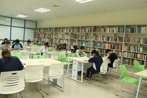 Không gian sang chảnh bên trong thư viện Trường Đại học Kinh tế Quốc dân 8