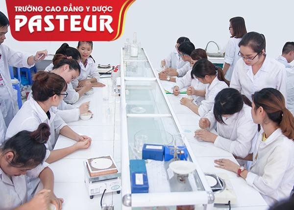 Sinh viên Trường Cao đẳng Y Dược Pasteur thực hành bào chế