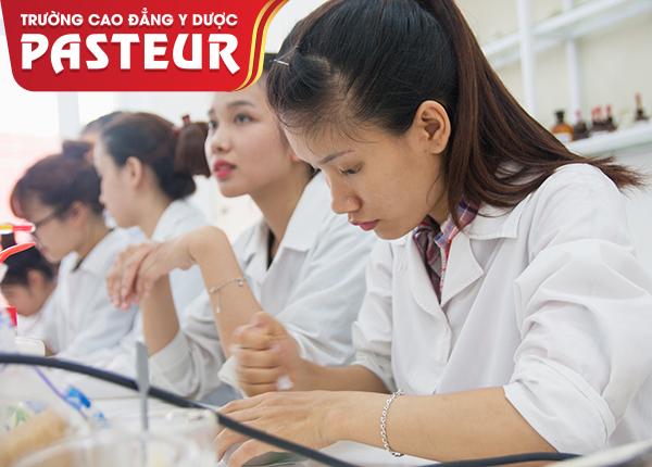 Sinh viên Cao đẳng Y Dược Pasteur thực hành