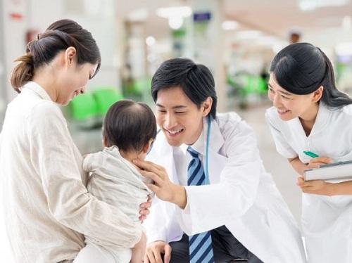 Tiêm phòng và cho trẻ uống các loại vắc xin là vô cùng cần thiết