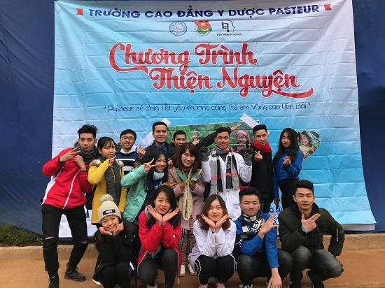 Giảng viên và sinh viên Trường Cao đẳng Y Dược Pasteur trong một hoạt động ủng hộ trẻ em vùng cao Yên Bái
