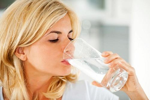 Khi say rượu nên uống nhiều nước